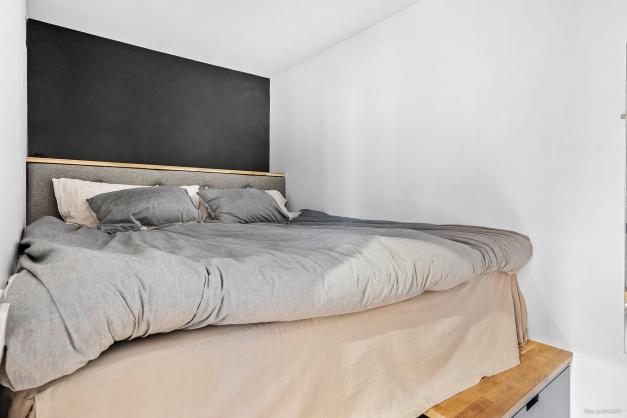 Sovalkov med platsbyggd säng med förvaring under.