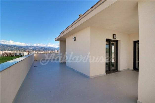 På den stora terrassen är det lätt att leta upp både sol och skugga