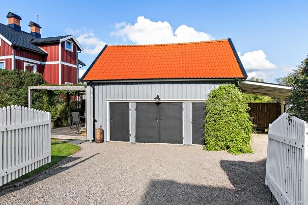 Förrådsbyggnad och garage