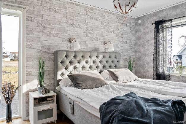 Stort sovrum med flera fönster