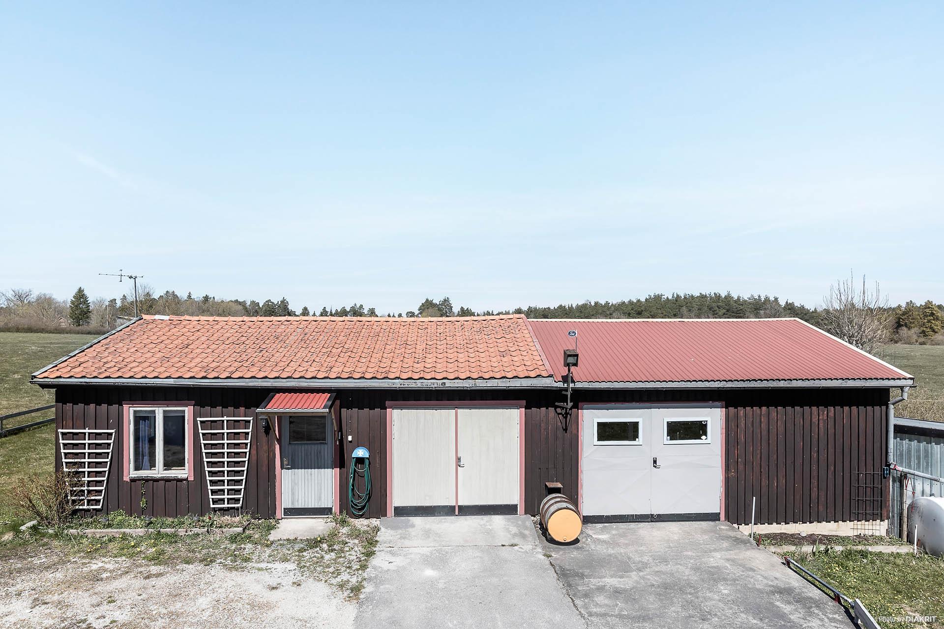 Garage med lägenhet till vänster