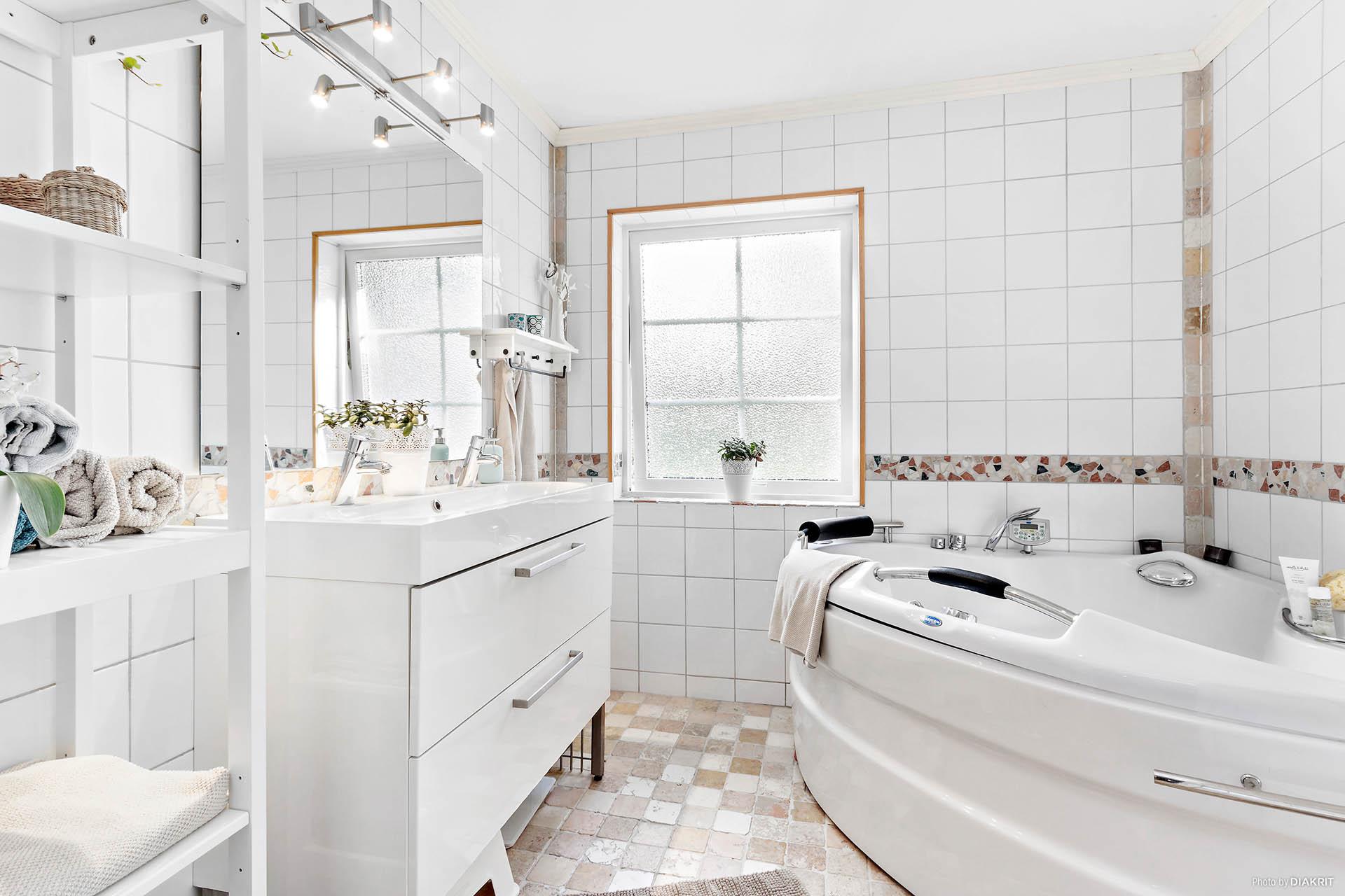Stort badrum med massagebadkar