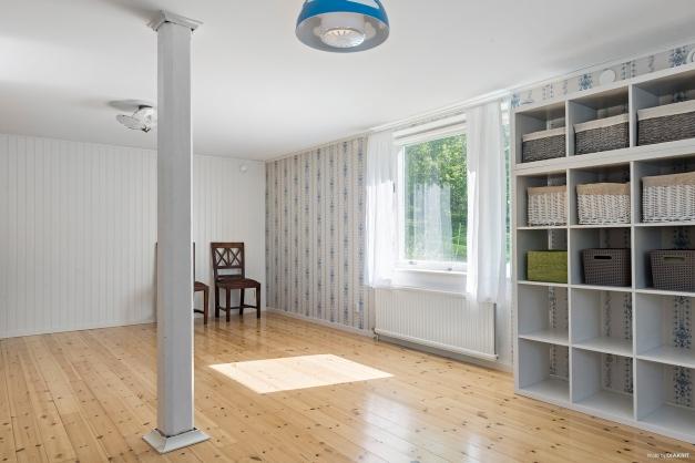 Stort allrum/sovrum i källarplan