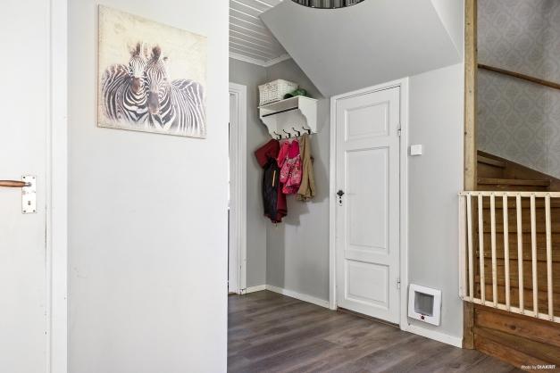 Hall med trapp både till övre plan och källarplan