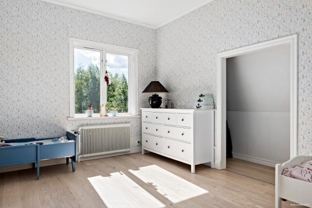 Rymligt sovrum med klädkammare innanför