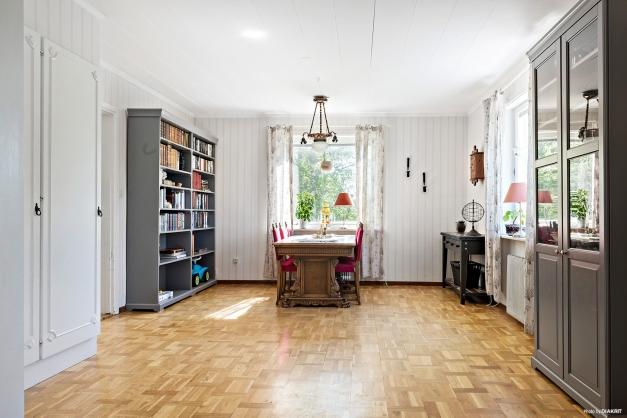 Stort matrum och vardagsrum i fil