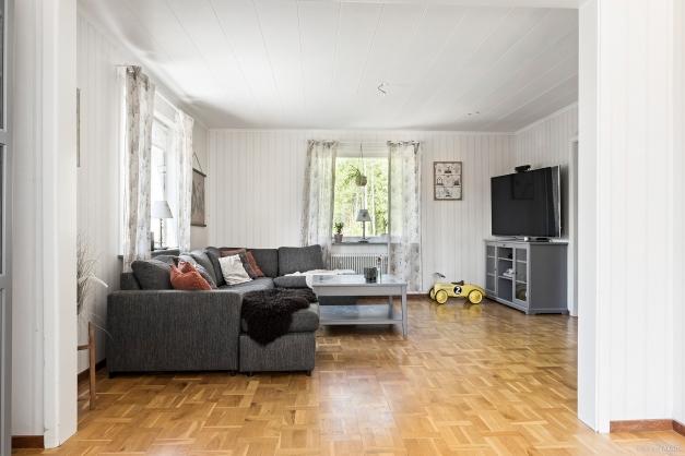 Stort vardagsrum och matrum i fil