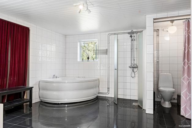 Bad- och duschrum i källarplan