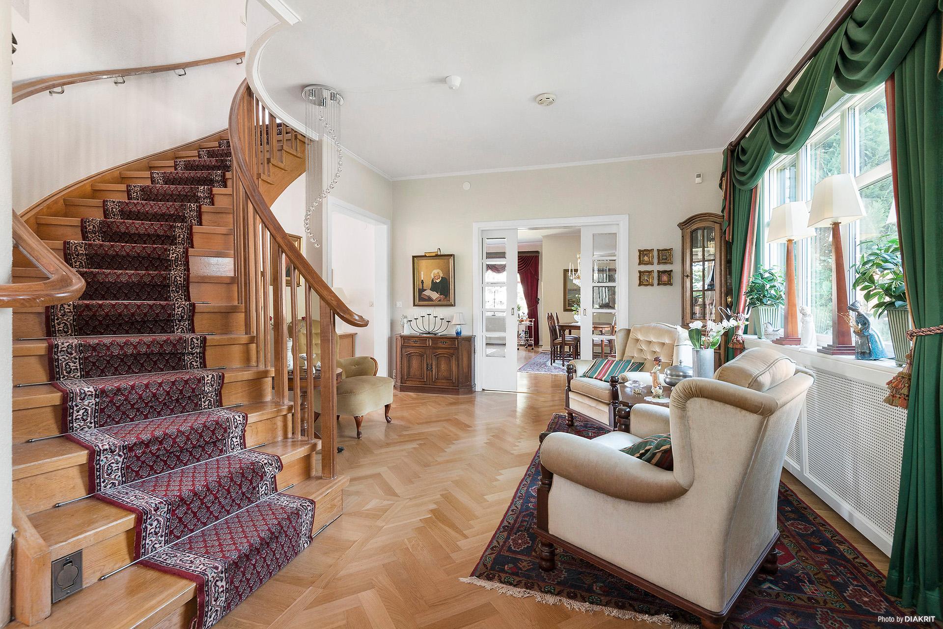 Vardagsrum med trapp till plan 2