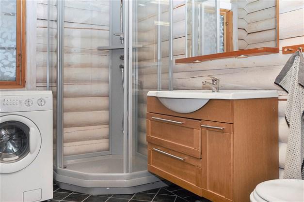 Badrum med duschkabin.