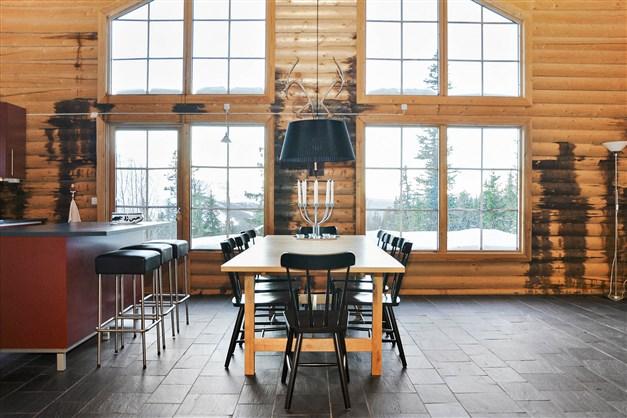 Stort fönsterparti längs med ena kortsidan ger bra ljusinsläpp och en perfekt utsikt.
