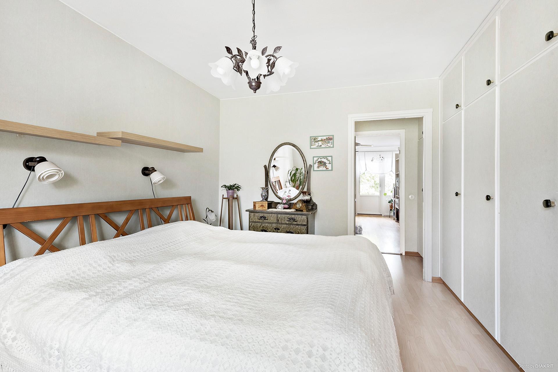 Sovrum (2) med 3 garderober med överskåp