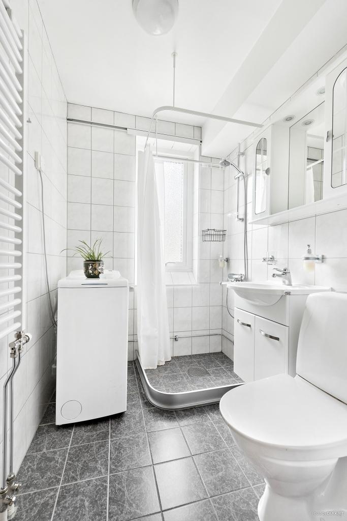 Stambytt duschrum (2009) med kakel/klinker och tvättmaskin