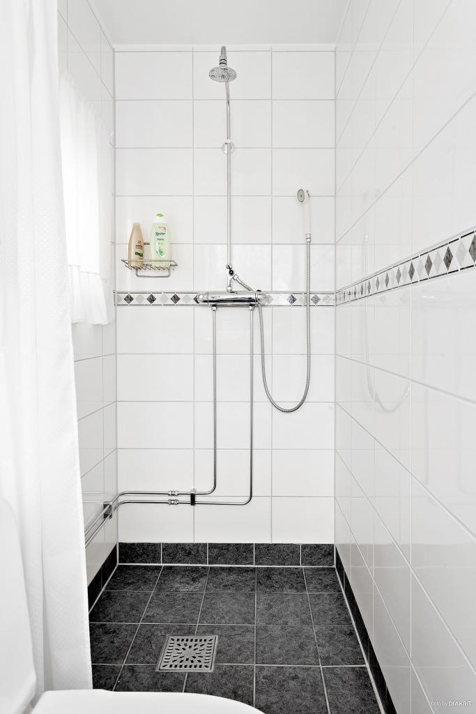 Helkaklat toalett med dusch