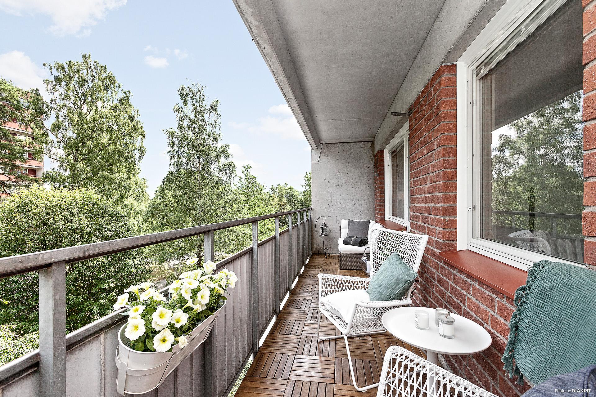 Stor balkong utmed hela lägenheten