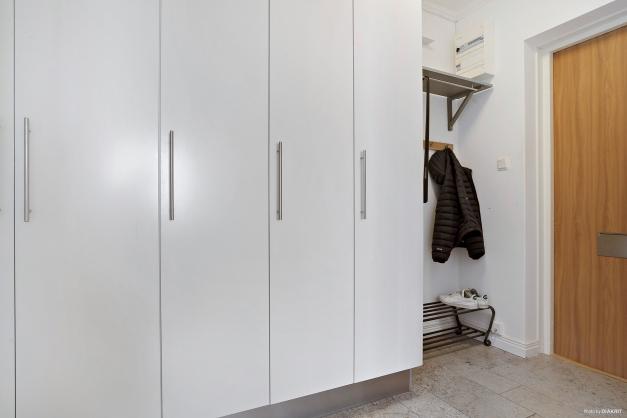 Hallen erbjuder generös förvaring i garderober