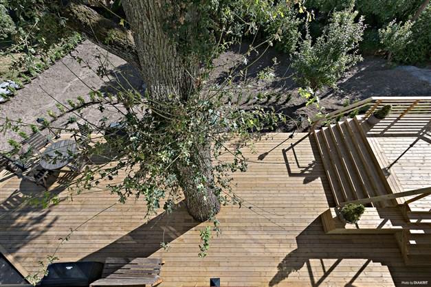 Utsikt från terrassen mot den gemensamma altanen