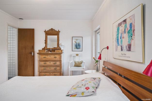 Sovrum 1 med klädkammare.
