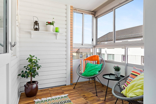Inglasad balkong som inbjuder till att bara sitta och njuta.