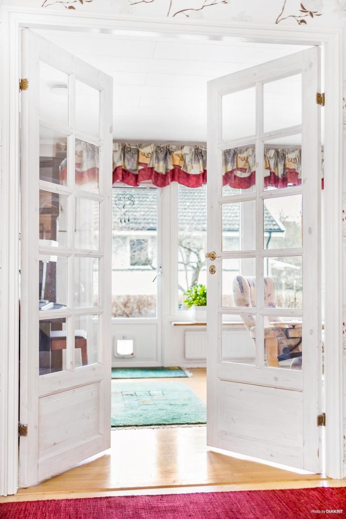 Vackra glasdörrar mot vardagsrum.
