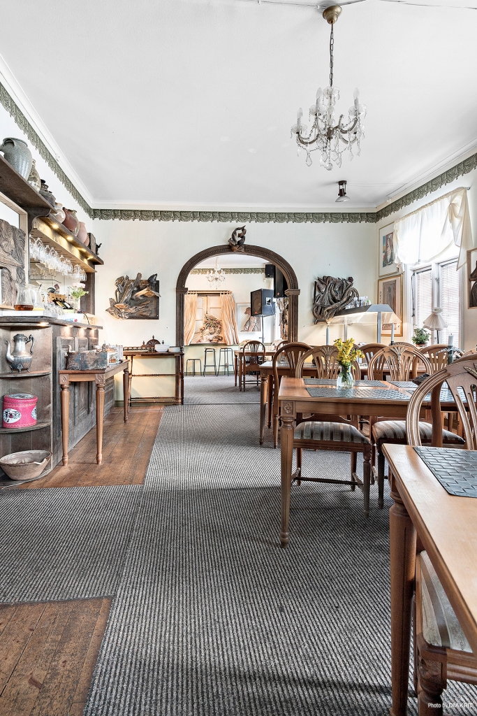 Restaurang med bardisk till vänster
