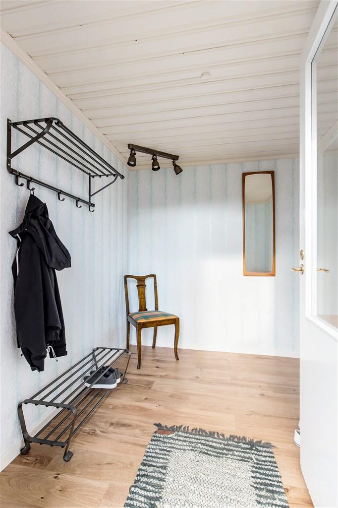 Utbyggd hall med bra utrymmen för ytterkläder