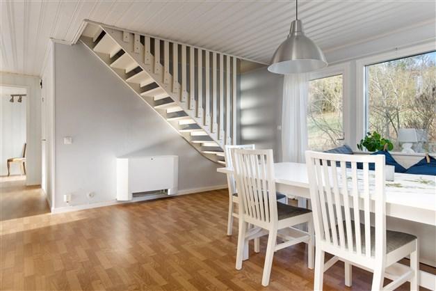 Allrum mot hall/trappa till övre plan samt utgång till tomt