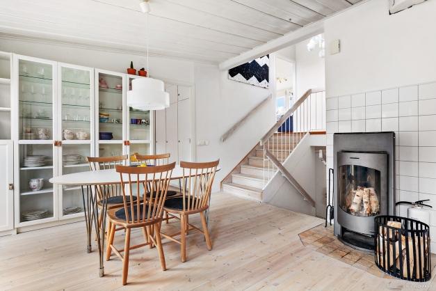 Ljust och fint kök med plats för matbord om fyra till sex personer