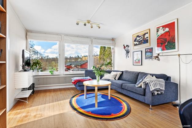 Vardagsrum med fina fönsterpartier från två håll.