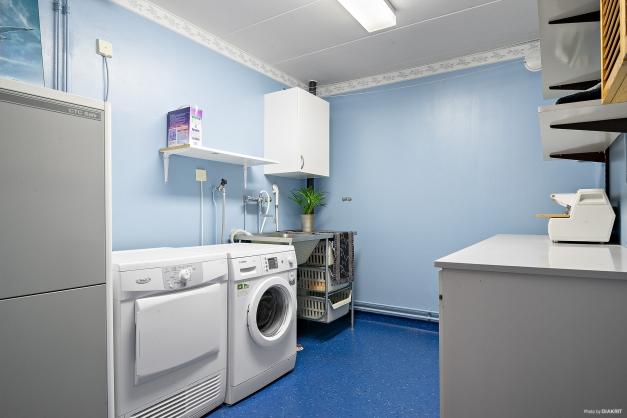 Tvättstuga med både tvättmaskin och torktumlare.