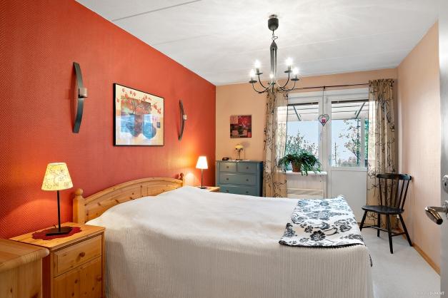 Stort sovrum med utgång till altan