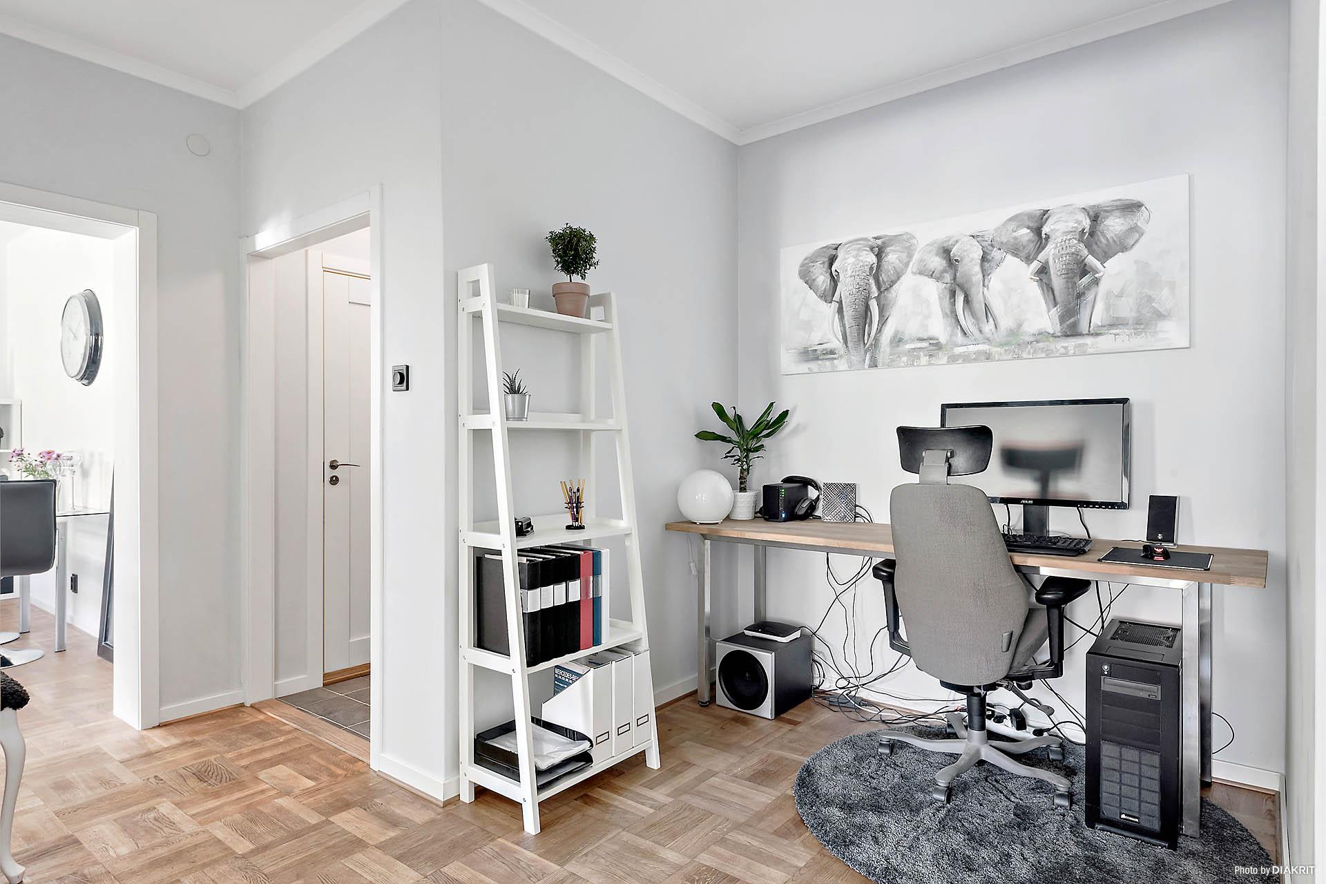 Halvrummet fungerar idag som arbetsrum men kan med fördel nyttjas som matplats eller varför inte en liten loungedel. Halvrummet ger bostaden en luftig känsla.