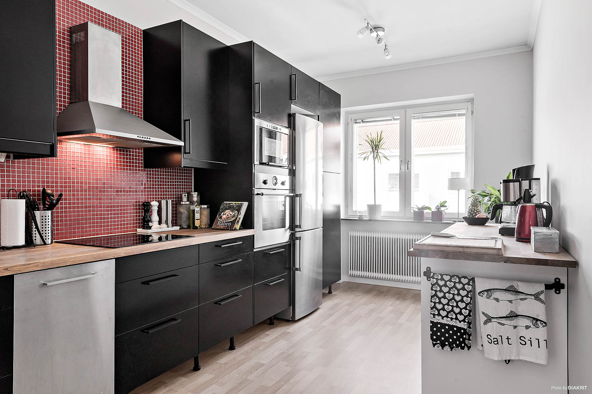 Köket är modernt och har gott om förvaring och arbetsyta.