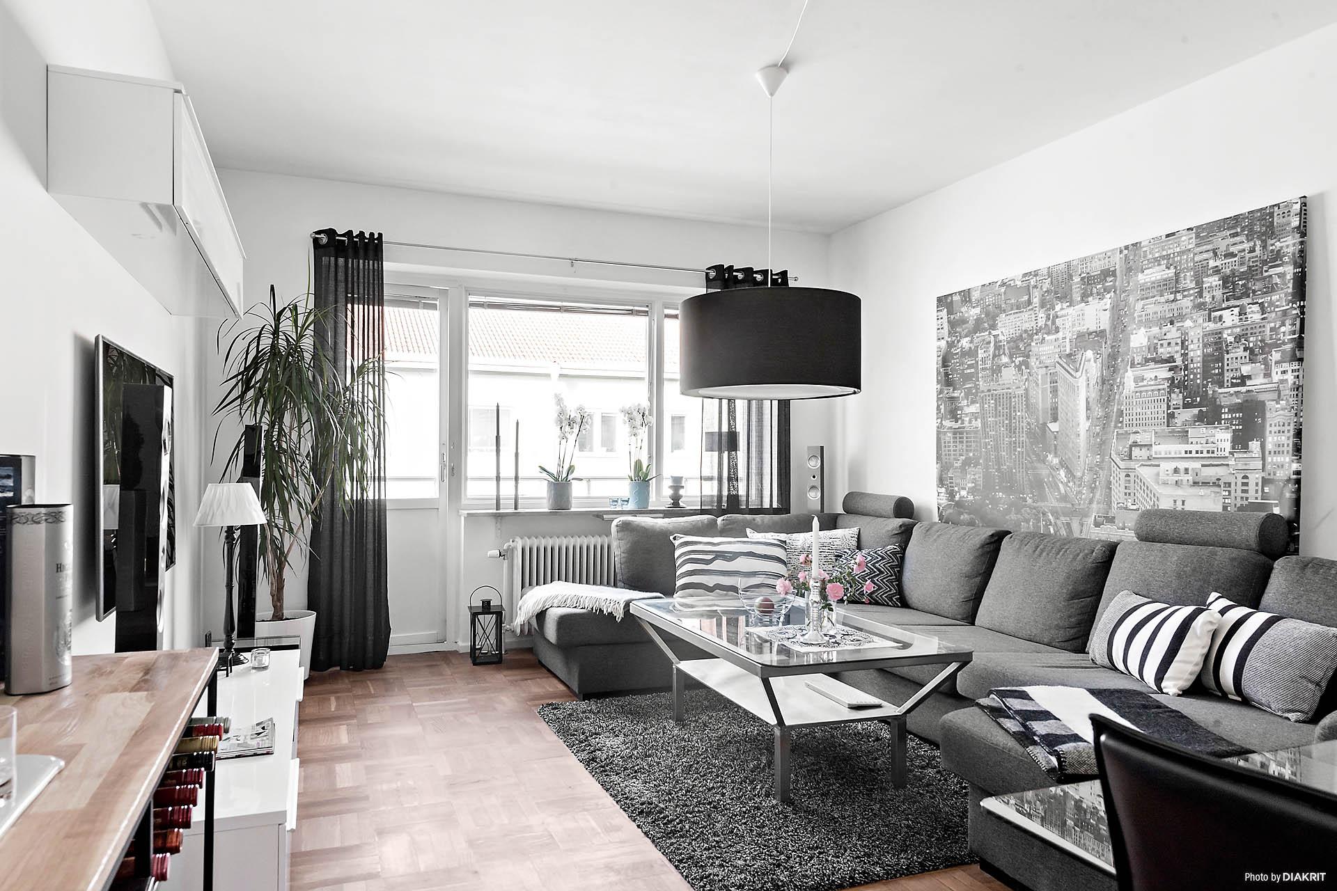 Vardagsrummet är ett ljust och fint rum med utgång till balkong.