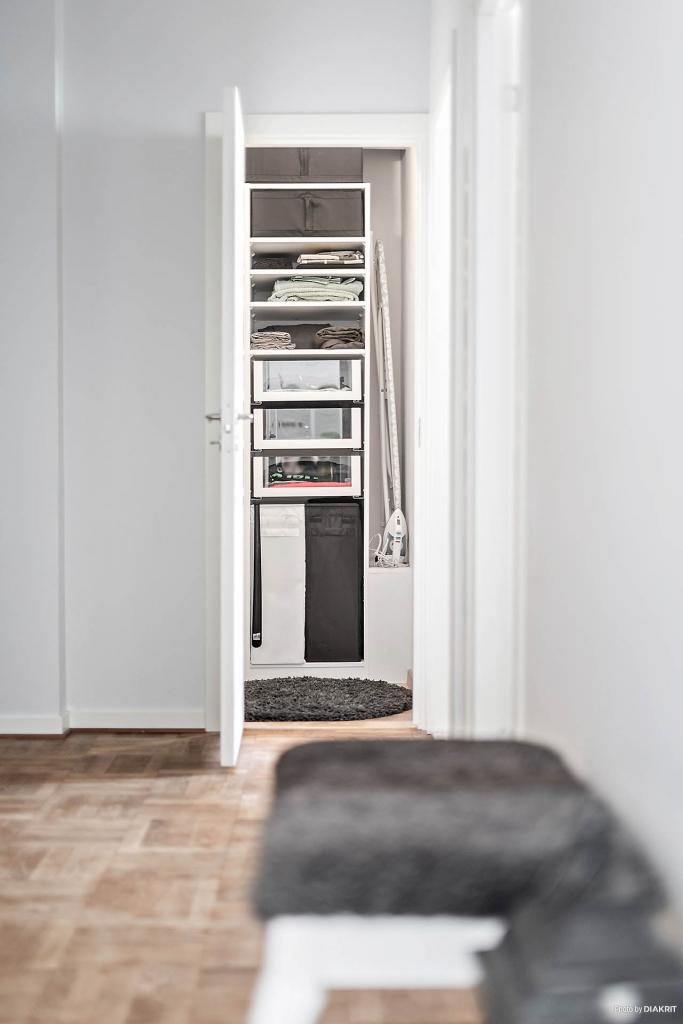 Liten klädkammare finns vid halvrummet. Den är effektivt inredd med lådor, klädstång och praktisk förvaring.