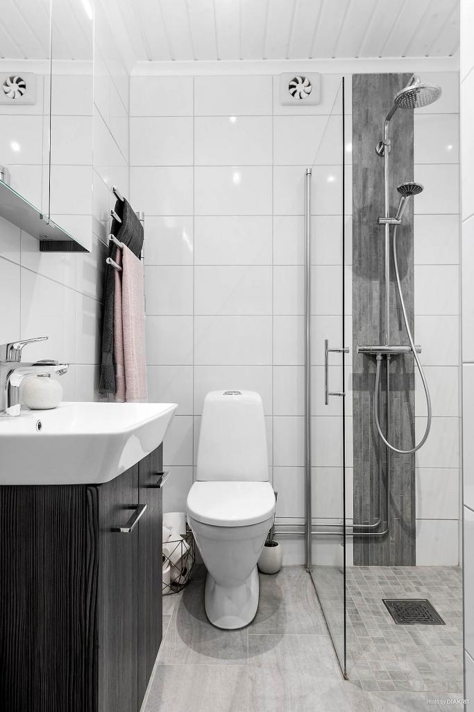 Badrummet är nyrenoverat med kaklade väggar, klinkers på golvet som värms upp av golvvärme. Duschen skyddas av snygg dörr i glas. Dessutom fina detaljer i form av snygg blandare och inredning.