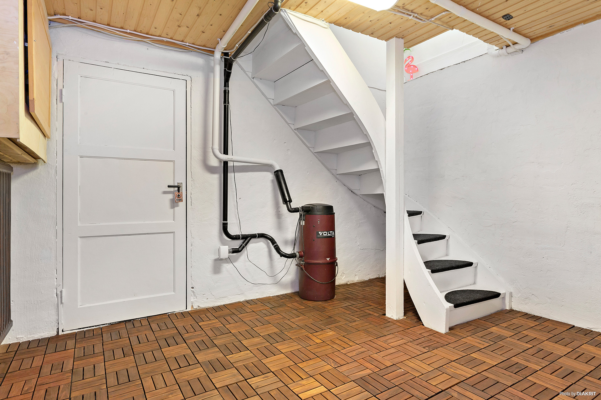 Hall i källarplan med förrådsutrymmen och centraldammsugare.