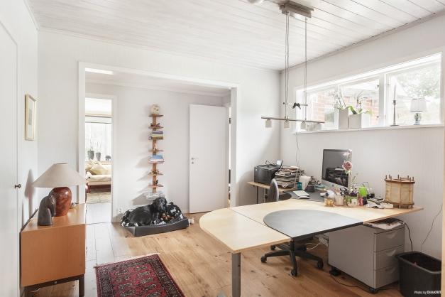 Arbetsrum med nylagt ekplankgolv.