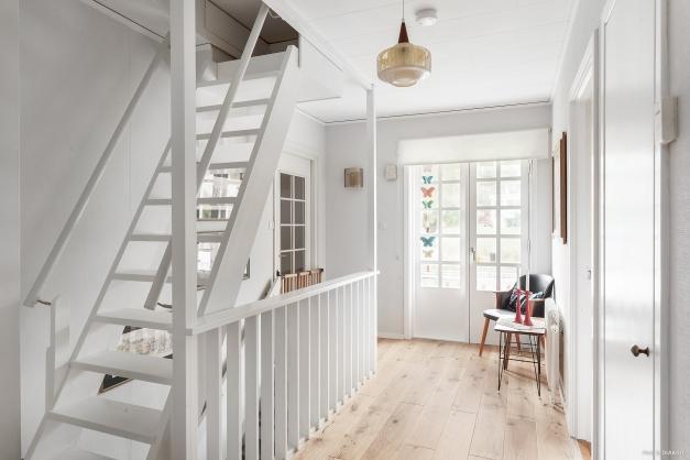 Hall ,med nylagt ekplankgolv samt utgång till fransk ballkong och trapp till vind