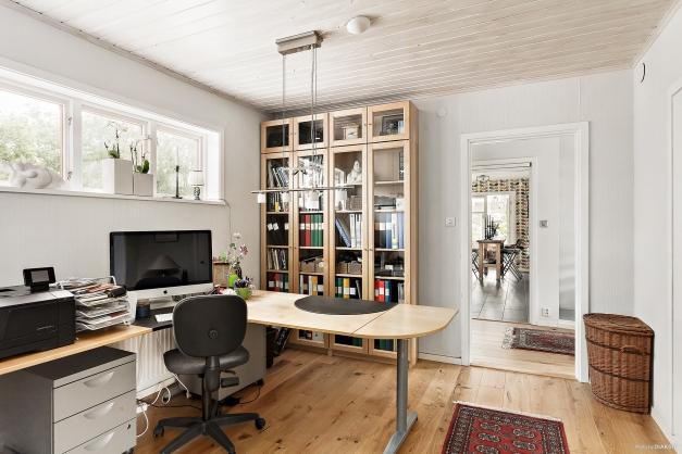 Arbetsrum med kök i bakgrunden