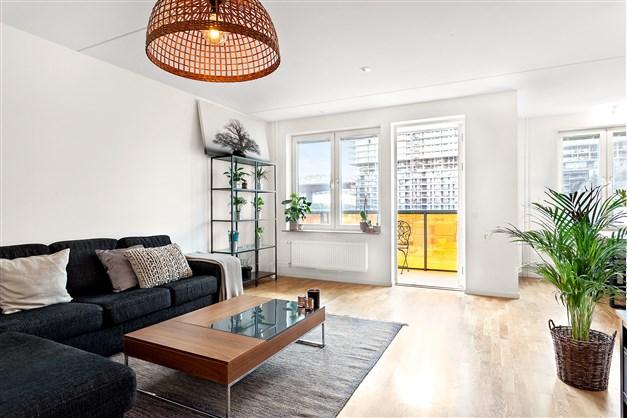 Väldisponerat vardagsrum med utgång till balkong.