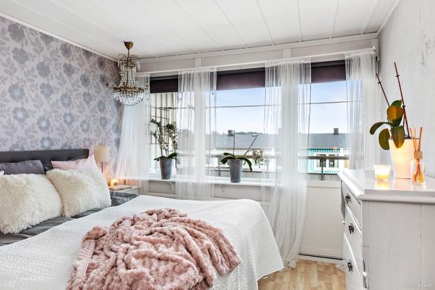 Det större sovrummet med plats för dubbelsäng samt utgång till balkongen.