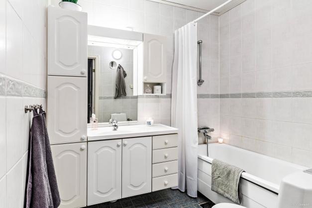 Det större helkaklade badrummet på övre plan.