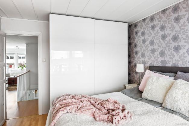 Sovrummet har även en stor skjutdörrsgarderob som ger bra med förvaring.