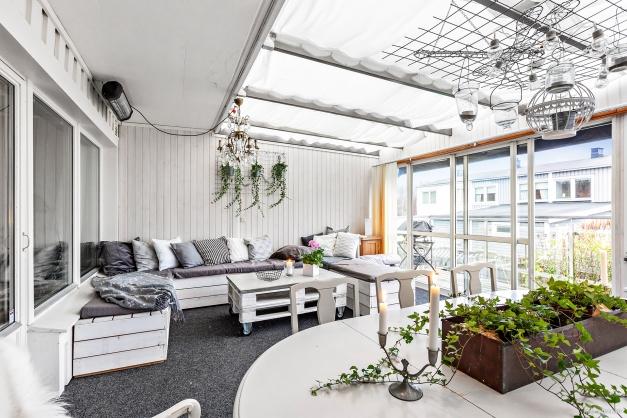 Uterummet är väl tilltaget och har plats för både matbord och lounge möbel.
