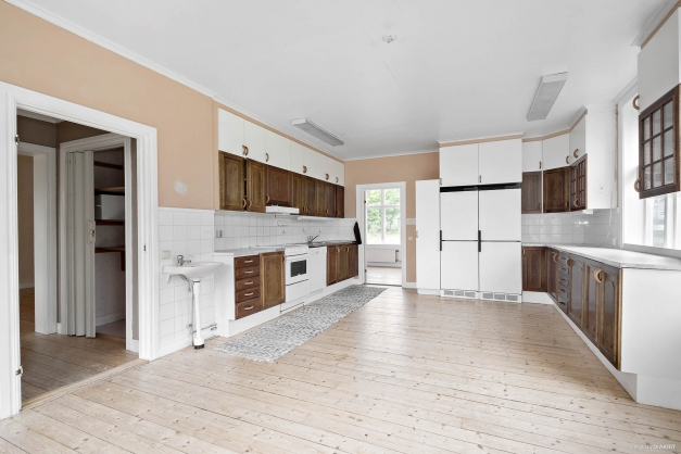 Kök med luft och rymd i lägenhet på entréplan och huvudbyggnad
