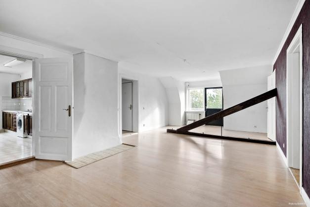 Härligt vardagsrum med utgång till balkong i sydväst. Ingår i lägenhet på övre plan och huvudbyggnad