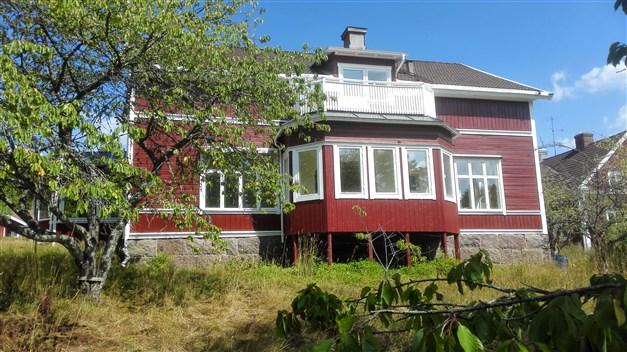 Välkommen till fastigheten Nässjö Södra Målen 3:13. Huvudbyggnad (f.d skola) med byggår 1885 innehållande två ståtliga lägenheter.