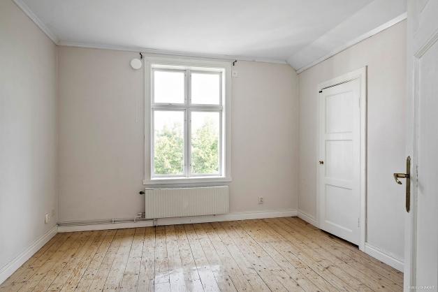 Sovrum i lägenhet på övre plan i huvudbyggnad