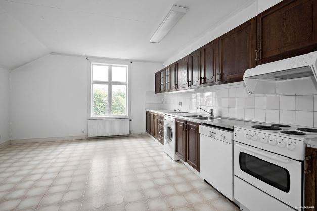 Kök med ljus och rymd i lägenhet på övre plan och huvudbyggnad